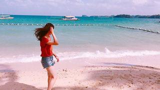 ビーチに立っている女性 - No.865979