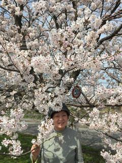 花を持っている人の写真・画像素材[892617]