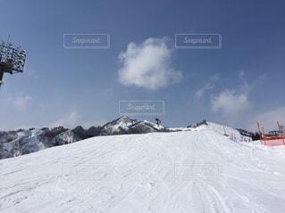 雪をスノーボードに乗る男覆われた斜面の写真・画像素材[1536759]