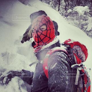 雪に覆われた斜面をスキーに乗る男の写真・画像素材[874150]
