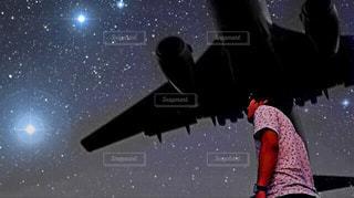 満点の星空と飛行機の写真・画像素材[915950]