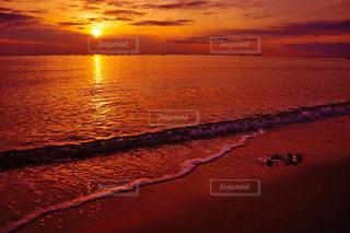 波打ち際な夕陽の写真・画像素材[961806]
