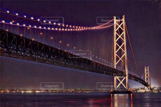 大きな橋が夜ライトアップの写真・画像素材[1013687]