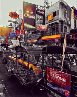 トラックは建物の側に止まっています。の写真・画像素材[1195035]