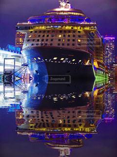 夜のライトアップされた街の写真・画像素材[1217379]