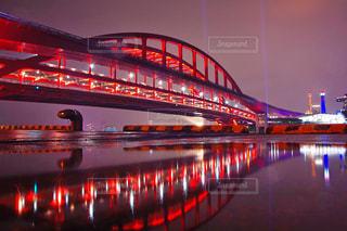水の体以上の長い橋の写真・画像素材[1218153]