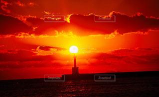 水の体に沈む夕日の写真・画像素材[1269110]