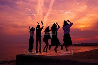 日没の前に立っている人のカップルの写真・画像素材[1316641]