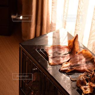 木製テーブルの上に横たわっている犬の写真・画像素材[1757320]