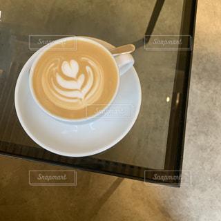 テーブルの上でコーヒーを一杯飲むの写真・画像素材[2284930]