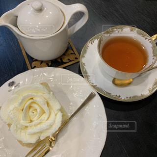 皿の食べ物とコーヒー1杯の写真・画像素材[2284936]
