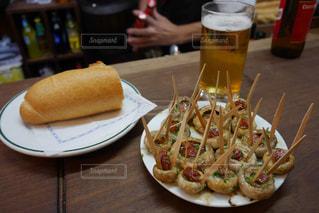 テーブルの上に食べ物のプレートの写真・画像素材[861447]