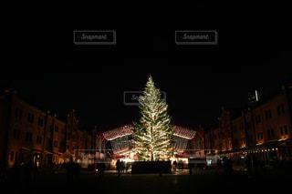 夜のライトアップされた街の写真・画像素材[915115]