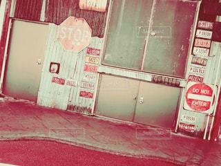 赤と白の標識の写真・画像素材[1030114]