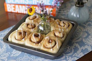 テーブルの上に食べ物のトレイの写真・画像素材[857216]