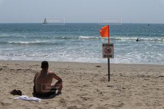 ビーチで海を眺める人の写真・画像素材[997270]