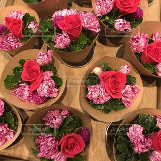 テーブルの上のピンクの花の写真・画像素材[853751]