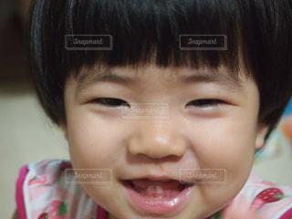 近くに小さな子供をカメラで笑顔のアップの写真・画像素材[854147]