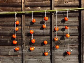 木製の表面の上に座ってオレンジを 2 個の写真・画像素材[880714]