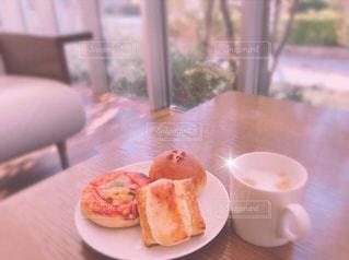 食品やコーヒー テーブルの上のカップのプレート - No.1160684