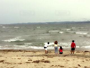 アウトドア,海,空,赤,ビーチ,雲,後ろ姿,砂浜,波打ち際,海辺,海岸,浜辺,後姿,旅行,黄昏,和歌山,白浜,うしろ姿,4人,白波,同級生,小旅行,白浜町,海沿