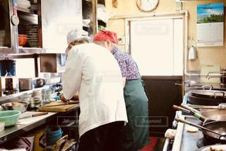 食品を準備するキッチンで料理人の写真・画像素材[1455188]