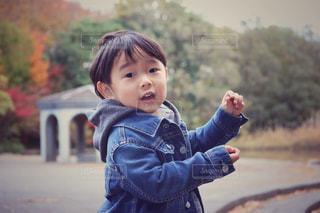 公園に立っている小さな男の子 - No.902273