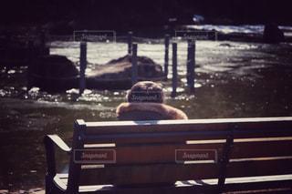 ベンチに座っている子の写真・画像素材[998499]