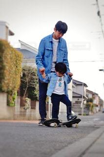 若い男が通りをスケート ボードに乗っての写真・画像素材[1245370]