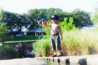 屋外,水,池,水の上,シャボン玉,人物,人,こども,少年,男の子,猛暑,熱中症,熱中症対策