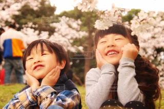 自分撮りを取っている小さな男の子と女の子の写真・画像素材[2176576]