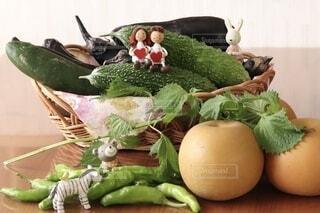 食べ物,緑,テーブル,野菜,梨,人形,食品,新鮮,ゴーヤ,盛り合わせ,大葉,食材,茄子,夏野菜,フレッシュ,生野菜,ベジタブル,栄養,きゅうり,カゴ,獅子唐