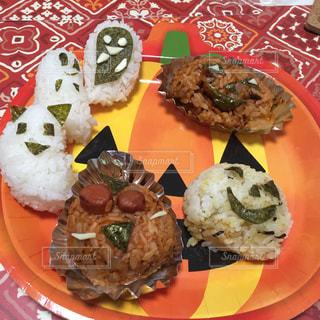 テーブルの上に食べ物のプレートの写真・画像素材[856024]