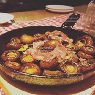 テーブルの上に食べ物のプレートの写真・画像素材[856721]