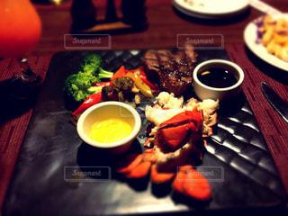 テーブルの上に食べ物のプレートの写真・画像素材[862004]