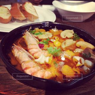 テーブルの上に食べ物のプレートの写真・画像素材[876655]