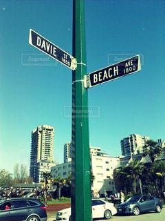 街の通り上のポール上の標識 - No.916741
