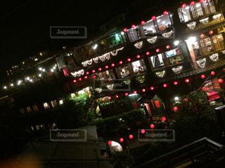 近くに夜の赤色光のアップの写真・画像素材[924755]