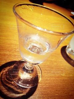 テーブルの上のビールのグラス - No.928298