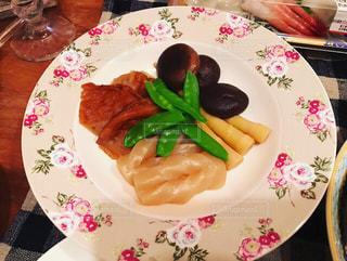テーブルの上に食べ物のプレートの写真・画像素材[948078]