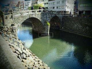水の体の上の石の橋の写真・画像素材[1251176]
