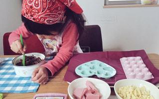 食品のプレートをテーブルに座っている女性 - No.864455
