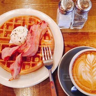 食品とコーヒーのカップのプレートの写真・画像素材[1042216]