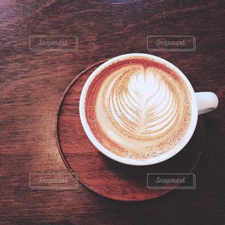テーブルの上のコーヒー カップの写真・画像素材[1044606]