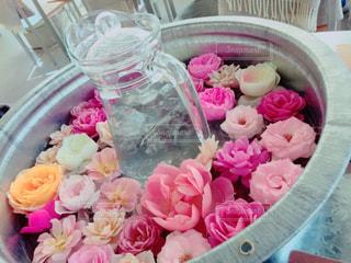 テーブルの上のピンクの花でいっぱいのボックスの写真・画像素材[858019]