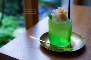 近くにテーブルの上の緑の皿のの写真・画像素材[927820]