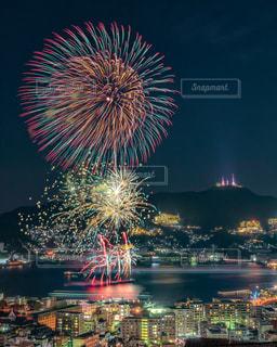 空に花火のグループの写真・画像素材[1680558]