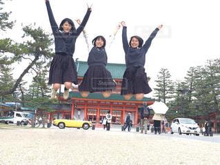 学生,空,カメラ,カメラ女子,屋外,京都,神社,ジャンプ,観光,樹木,スカート,人物,人,旅行,平安神宮,女の人,制服,フォトジェニック,京都旅行