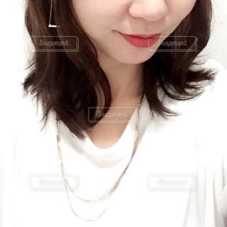 白いシャツの女の写真・画像素材[865983]