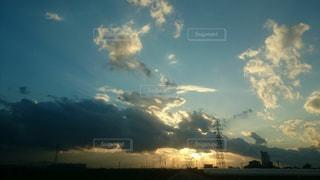 曇りの日に空の雲の写真・画像素材[858999]